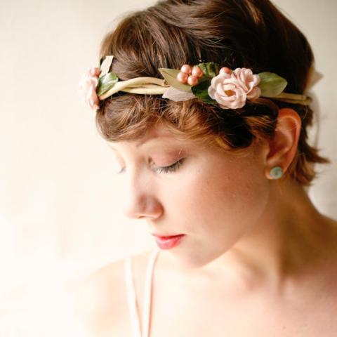 couronne de fleurs sur cheveux courts